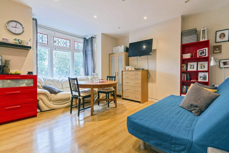 1 Bedroom Flat for sale in Converted First Floor Flat