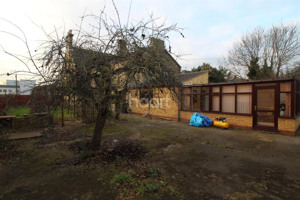 4 Bedrooms Semi Detached House for sale in Aldermans Drive, Off Thorpe Road, Peterborough