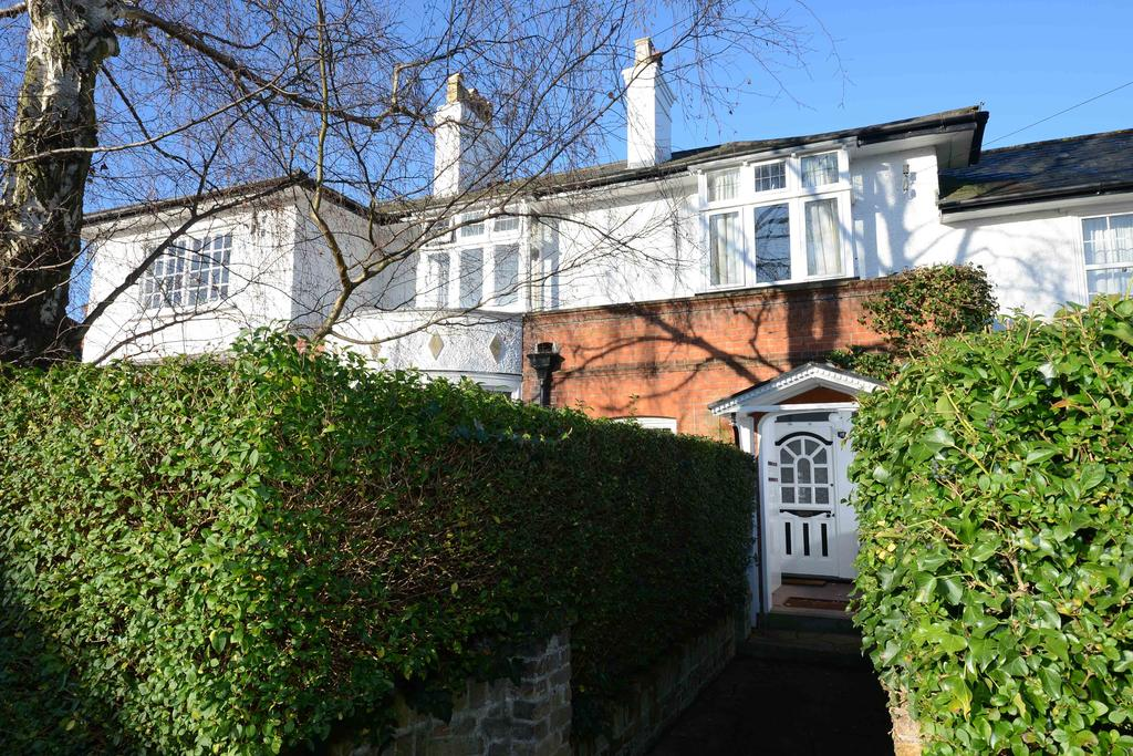 3 Bedrooms Apartment Flat for sale in The Chestnuts, Walton on Thames KT12