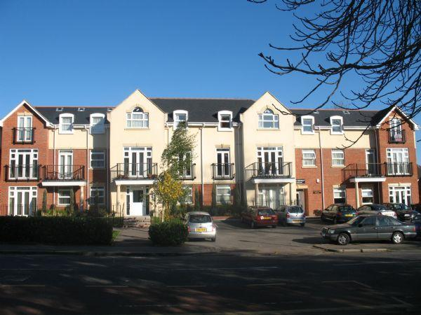 2 Bedrooms Ground Flat for sale in Mayfair Court, Stonegrove, EDGWARE, Middlesex, HA8 7UH