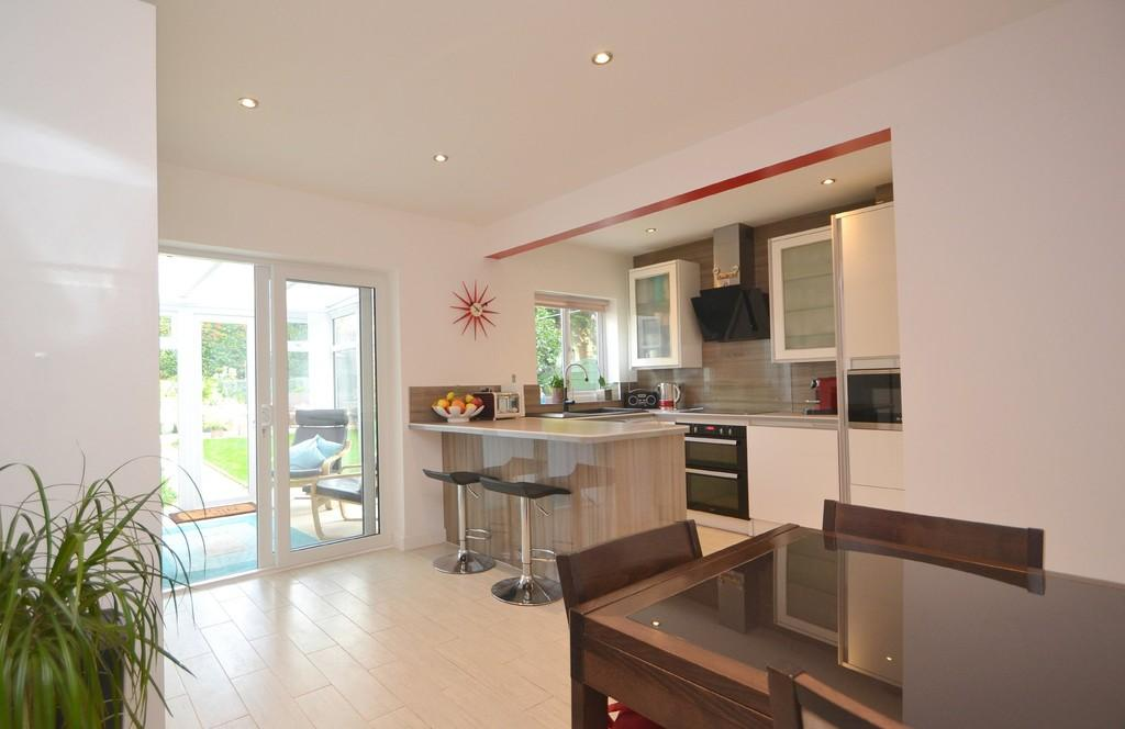 3 Bedrooms Semi Detached House for sale in Greenways, Chelmsford, CM1 4EF