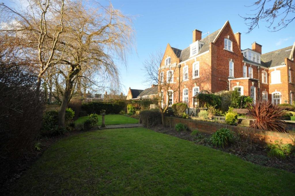3 Bedrooms Flat for sale in South Garth East, Westoe Village, South Shields