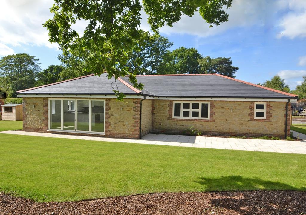 3 Bedrooms Detached Bungalow for sale in Storrington, West Sussex