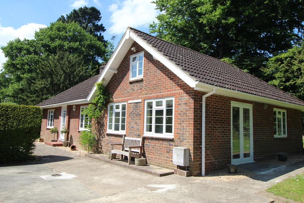 3 Bedrooms Detached Bungalow for sale in Storrington