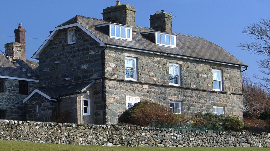 4 Bedrooms Link Detached House for sale in Hendre Clochydd Hall, Llanaber, Gwynedd