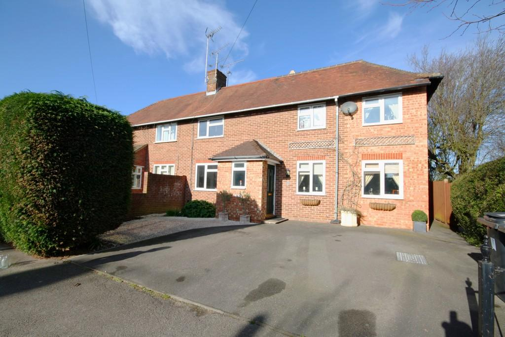 4 Bedrooms Semi Detached House for sale in Knaphill, Surrey