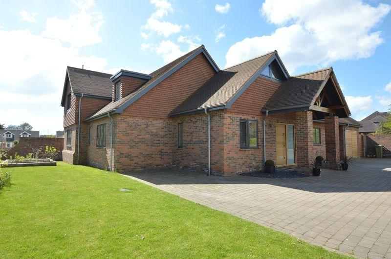 5 Bedrooms Detached House for sale in BEMBRIDGE VILLAGE