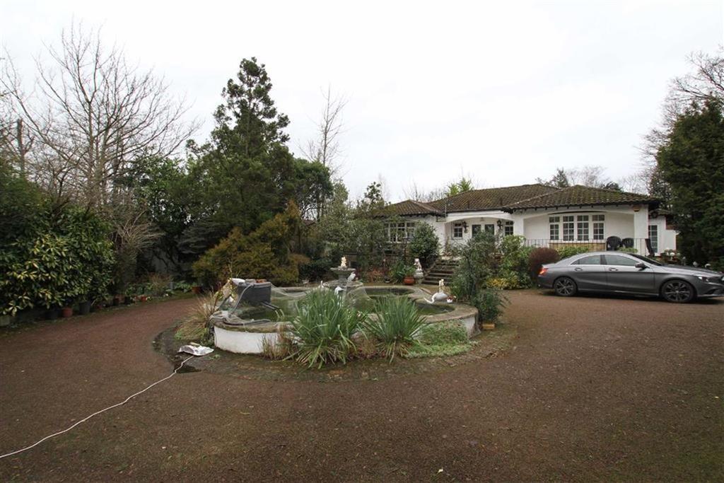 4 Bedrooms Detached Bungalow for sale in Camlet Way, Hadley Wood, Herts, EN4