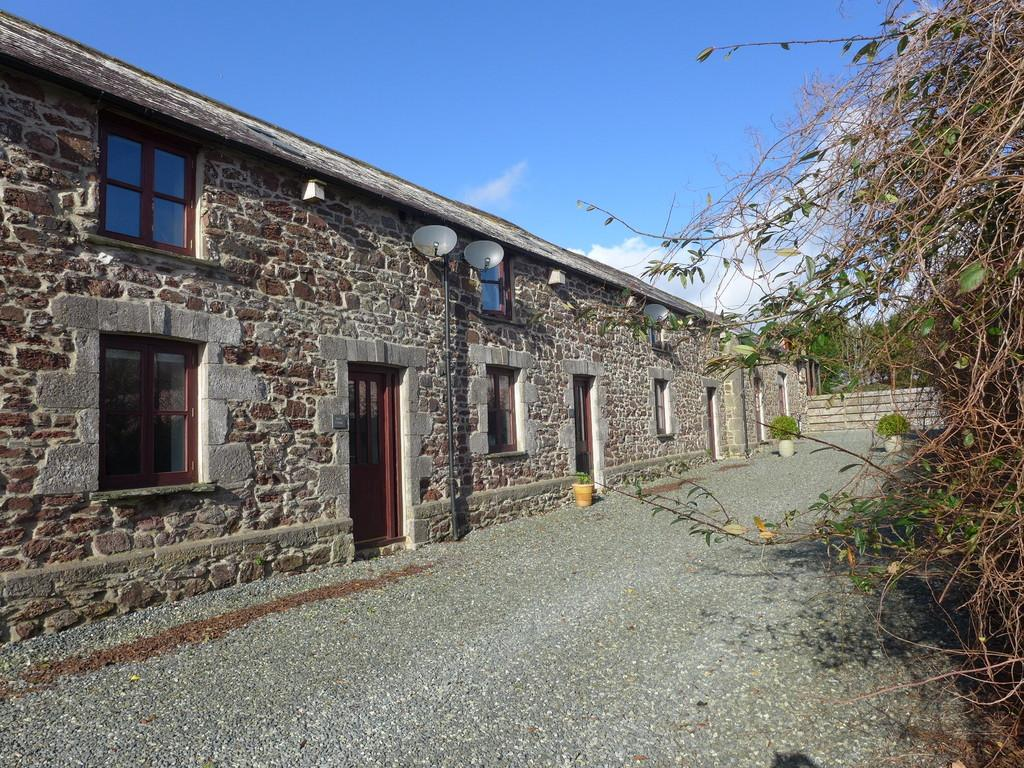 2 Bedrooms Barn Conversion Character Property for sale in Castle Pill Farm, Steynton