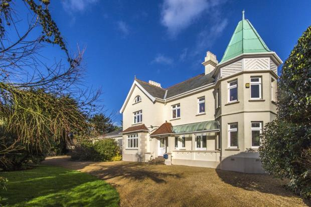 5 Bedrooms Detached House for sale in Longue Rue, Vale, Guernsey