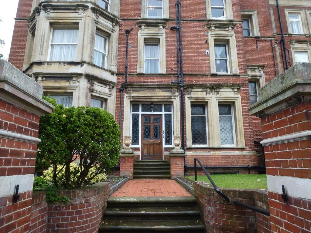 2 Bedrooms Flat for sale in De Walden Court, Meads Road