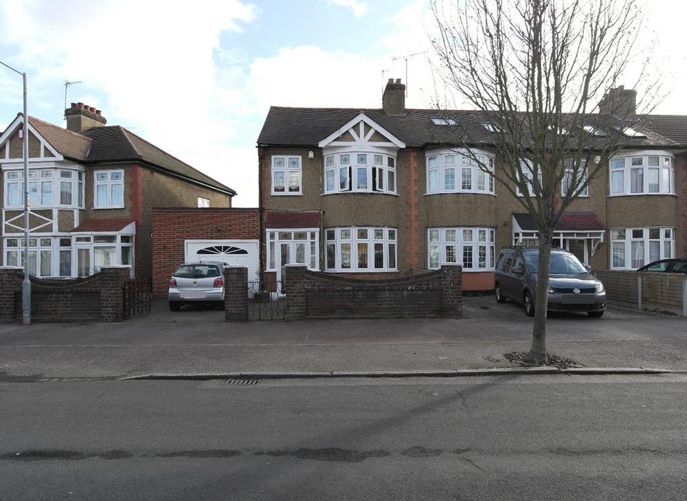 3 Bedrooms End Of Terrace House for sale in Rose Glen, Rush Green, Romford RM7