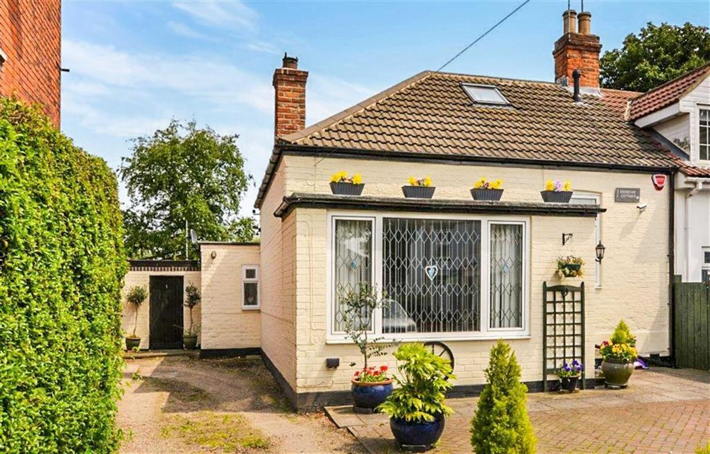 2 Bedrooms Cottage House for sale in Woodbine Cottages, Wawne Road, Hull, HU7