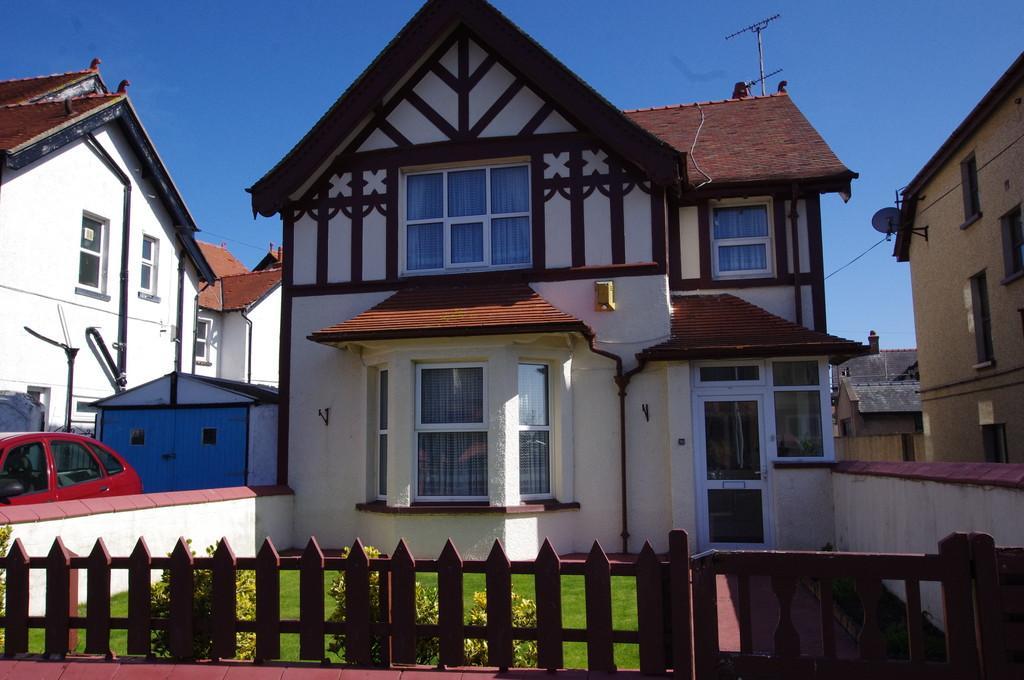 4 Bedrooms Detached House for sale in Lloyd Street, Llandudno