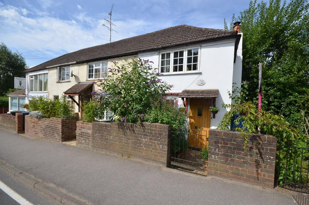 3 Bedrooms Semi Detached House for sale in The Street, Wrecclesham