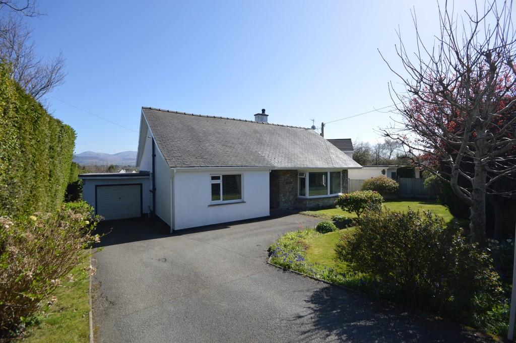 3 Bedrooms Detached House for sale in Lon Pant, Llanfairpwll, North Wales