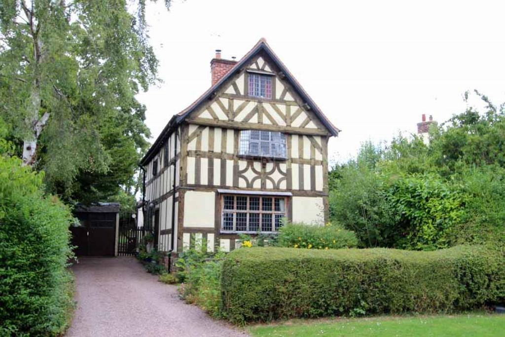 4 Bedrooms Detached House for sale in Castlecroft Gardens, Finchfield, Wolverhampton
