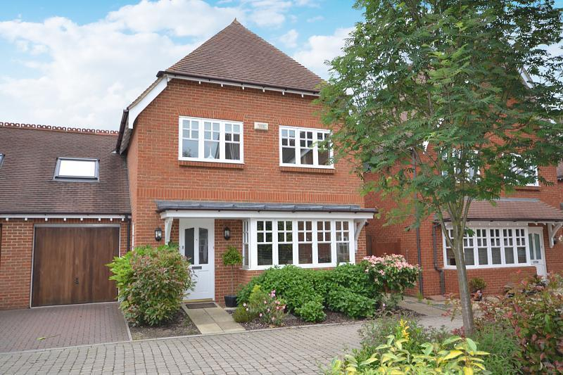4 Bedrooms Link Detached House for sale in Walnut Tree Place, Send, Woking, Surrey, GU23