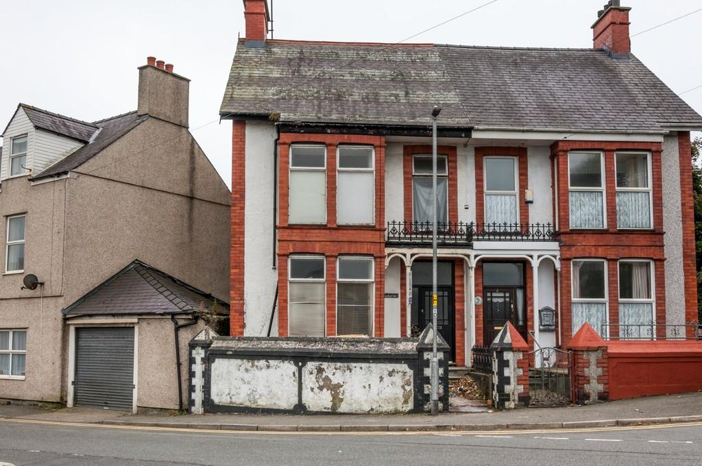 5 Bedrooms Semi Detached House for sale in Plashyfryd Terrace, Holyhead, North Wales