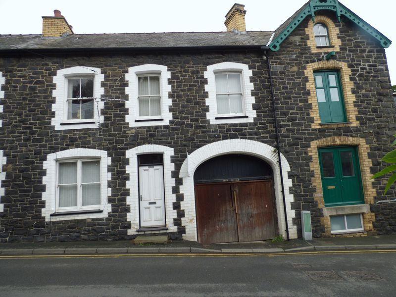 3 Bedrooms Terraced House for sale in Village Road, Llanfairfechan