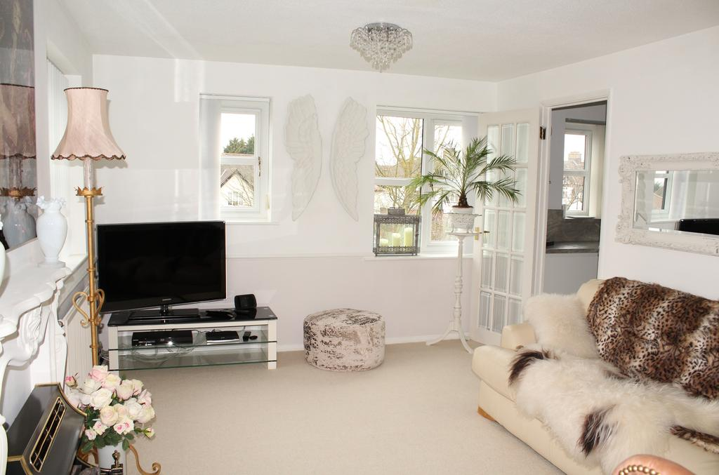 2 Bedrooms Duplex Flat for sale in The Ridgeway, North Chingford, E4