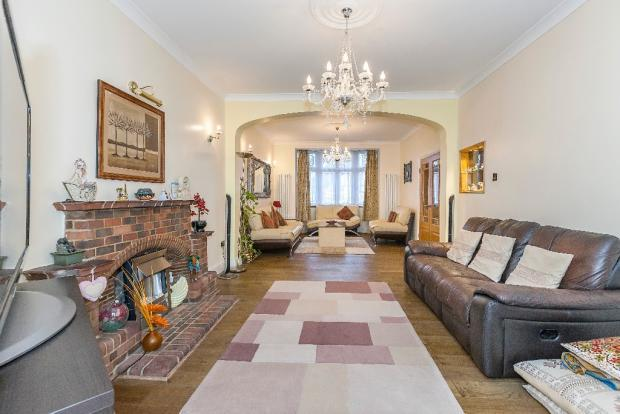 4 Bedrooms Semi Detached Bungalow for sale in Parkway, llford ig3