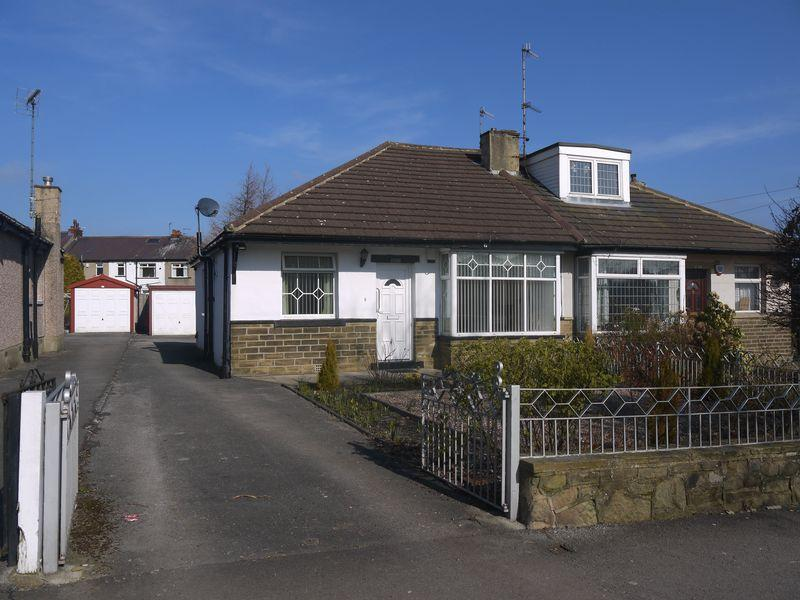 2 Bedrooms Semi Detached Bungalow for sale in Thornton Road, Thornton, BD13 3DG