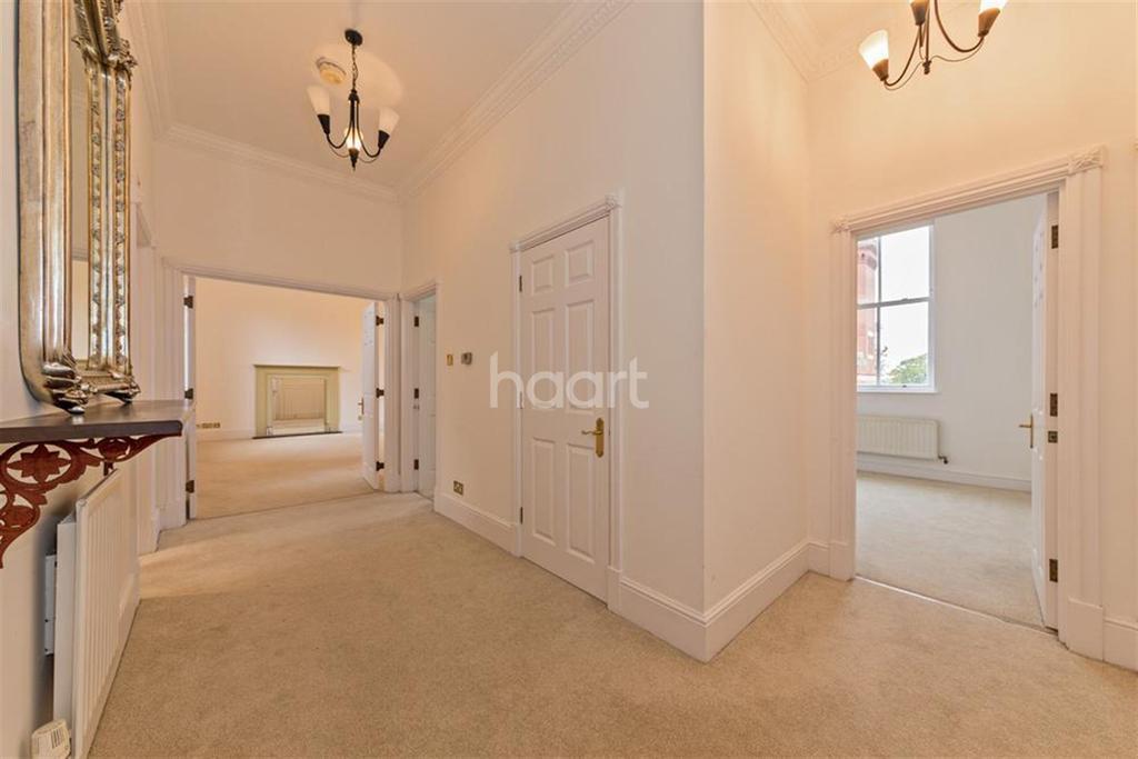2 Bedrooms Flat for rent in Tavistock House, Repton Park, IG8