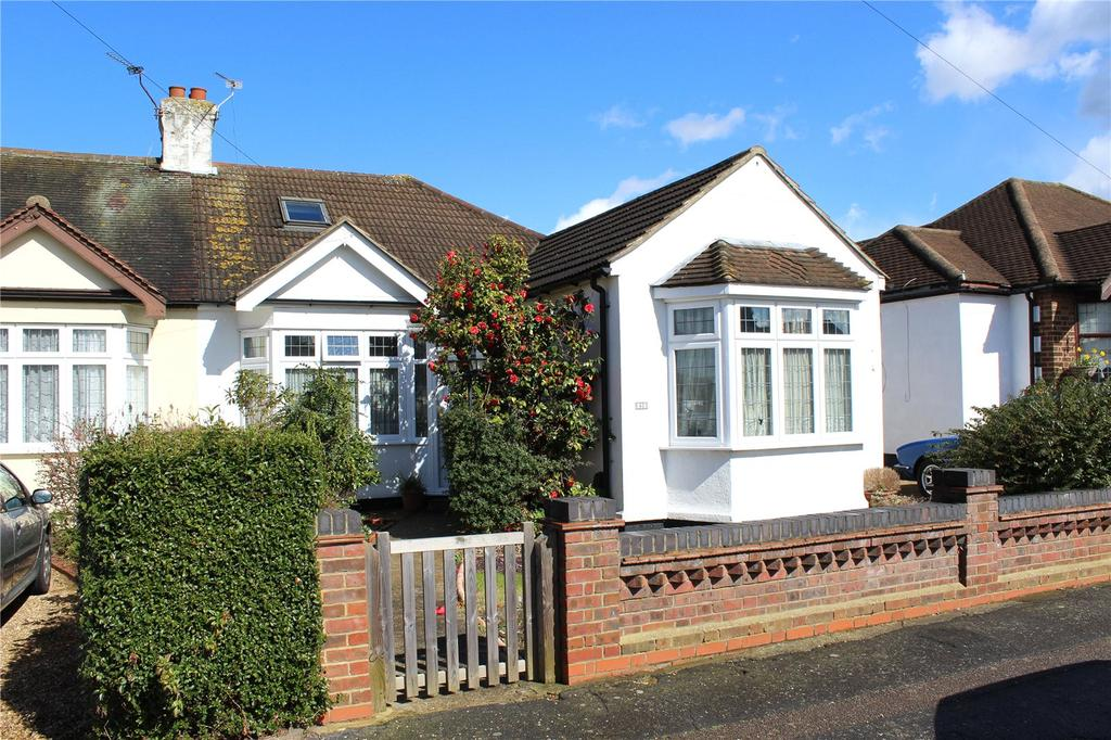 3 Bedrooms Semi Detached Bungalow for sale in Woodhall Crescent, Hornchurch, RM11