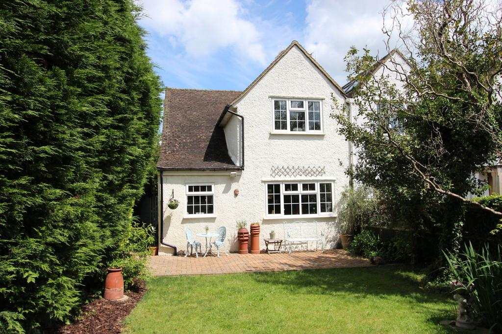 2 Bedrooms Semi Detached House for sale in Kingswood