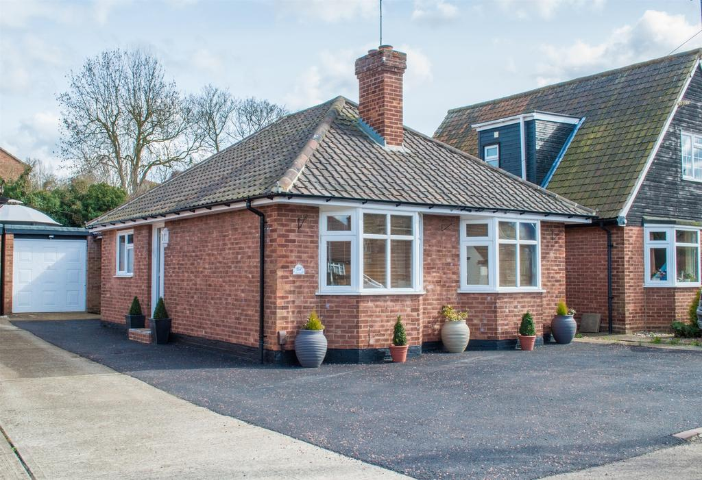 2 Bedrooms Detached Bungalow for sale in Redhoods Way West, Letchworth Garden City, Hertfordshire