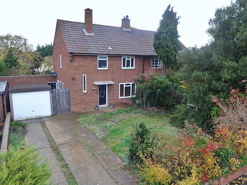 3 Bedrooms Semi Detached House for sale in Magpie Avenue, Stewartby