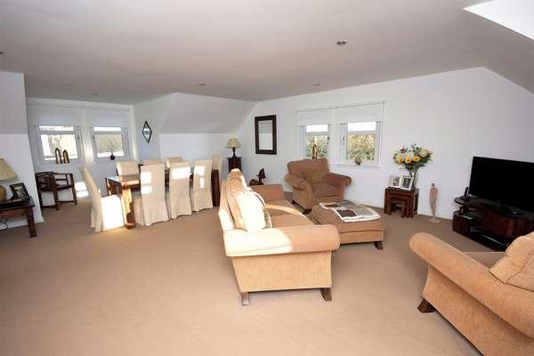 3 Bedrooms Flat for sale in 8E Brown Street, Stewarton, Kilmarnock, KA3 5AW