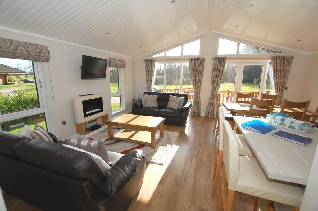 3 Bedrooms Mobile Home for sale in Langmere Lakes, Old Church Road