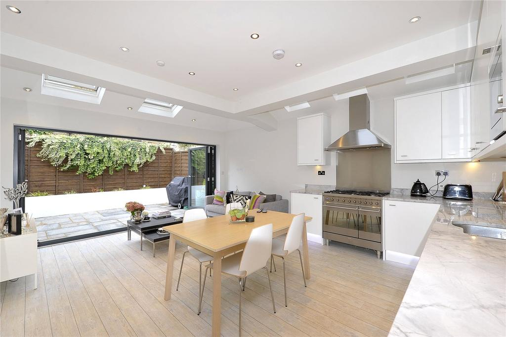 2 Bedrooms Flat for sale in Stormont Road, London, SW11