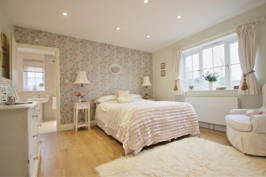 3 Bedrooms Detached Bungalow for sale in South Hanningfield Road, Rettendon Common