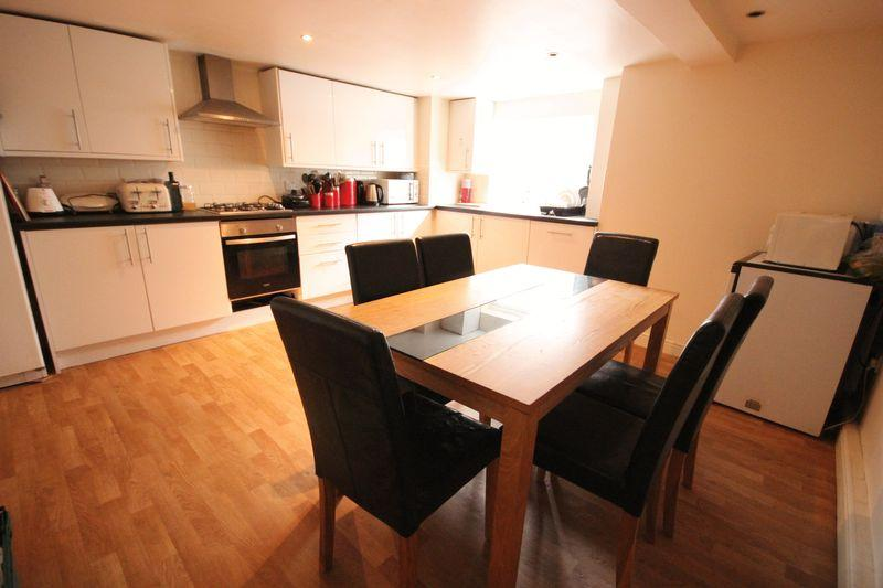 5 Bedrooms Terraced House for rent in Manor Drive, Hyde Park