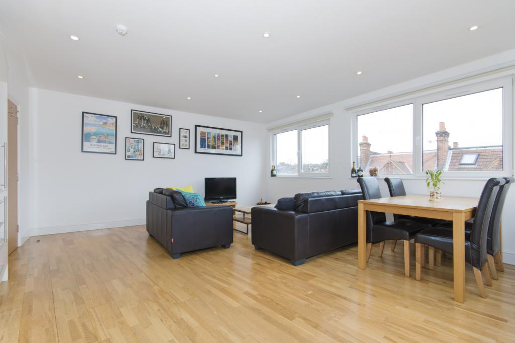 2 Bedrooms Flat for sale in Knights Hill, London, SE27