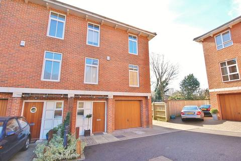 3 bedroom end of terrace house to rent - Winchester