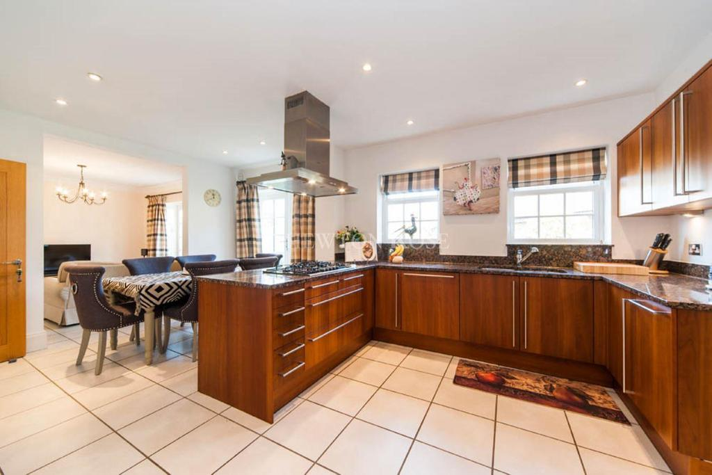 7 Bedrooms Detached House for sale in Gatcombe Cresent, Ascot