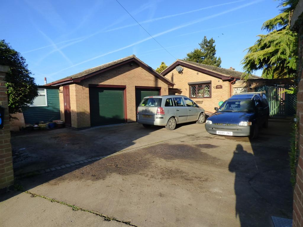 3 Bedrooms Detached Bungalow for sale in Milestone Lane, Pinchbeck