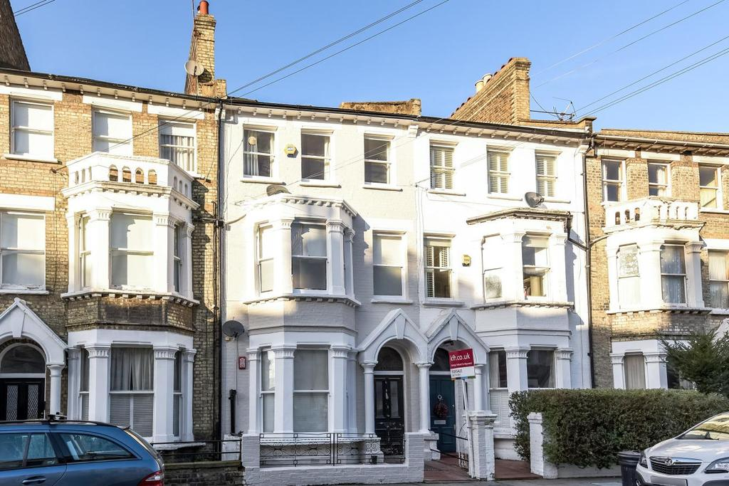 2 Bedrooms Flat for sale in Tournay Road, Fulham, SW6