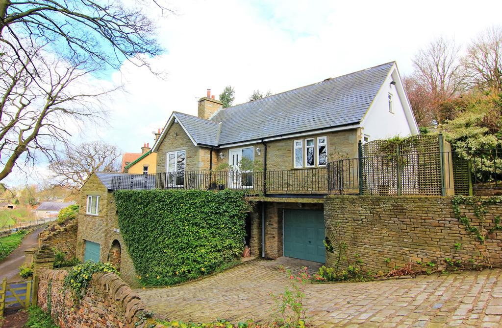 5 Bedrooms Detached House for sale in Dunbruin, Main Street , Farnhill