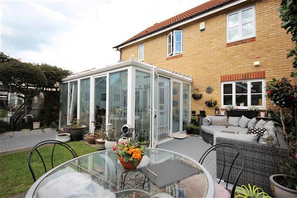 3 Bedrooms Semi Detached House for sale in Wheler Court, Faversham
