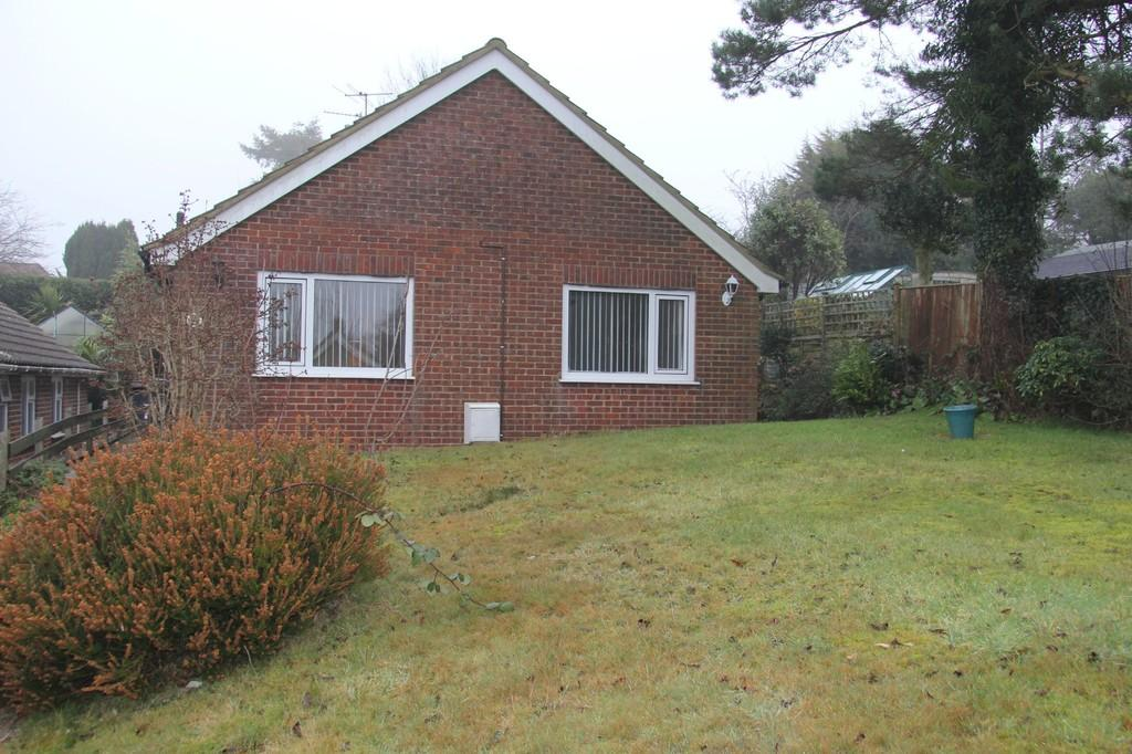 2 Bedrooms Detached Bungalow for sale in Little Paddock, Heathfield