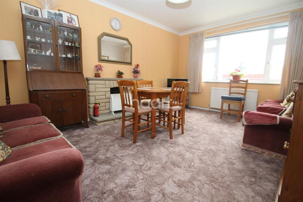 3 Bedrooms Flat for sale in Connaught Avenue, Frinton