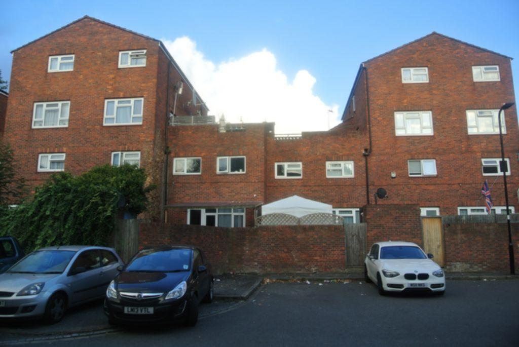 3 Bedrooms Flat for sale in Priors Field, Northolt, UB5