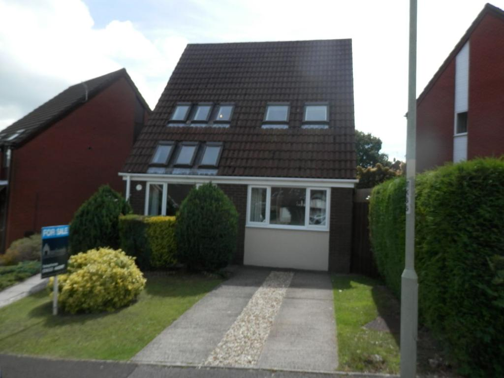 3 Bedrooms Detached House for sale in Five Locks Close, Pontnewydd