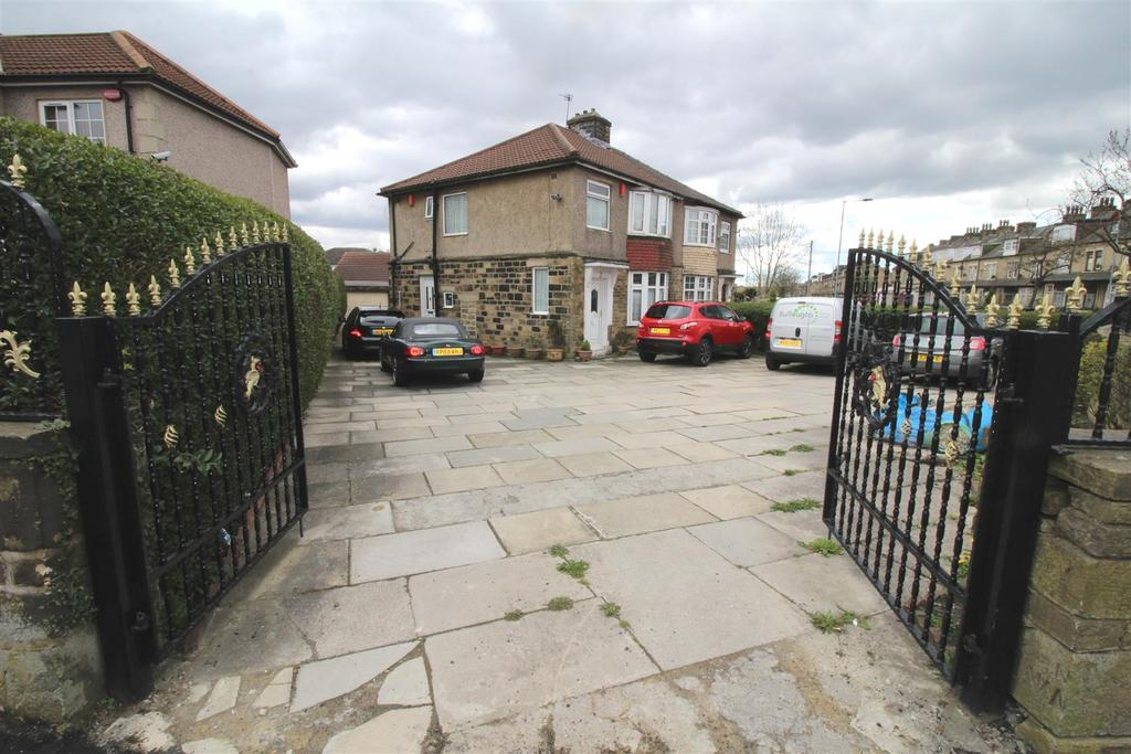 3 Bedrooms Semi Detached House for sale in Leeds Old Road, Bradford, BD3 8HT
