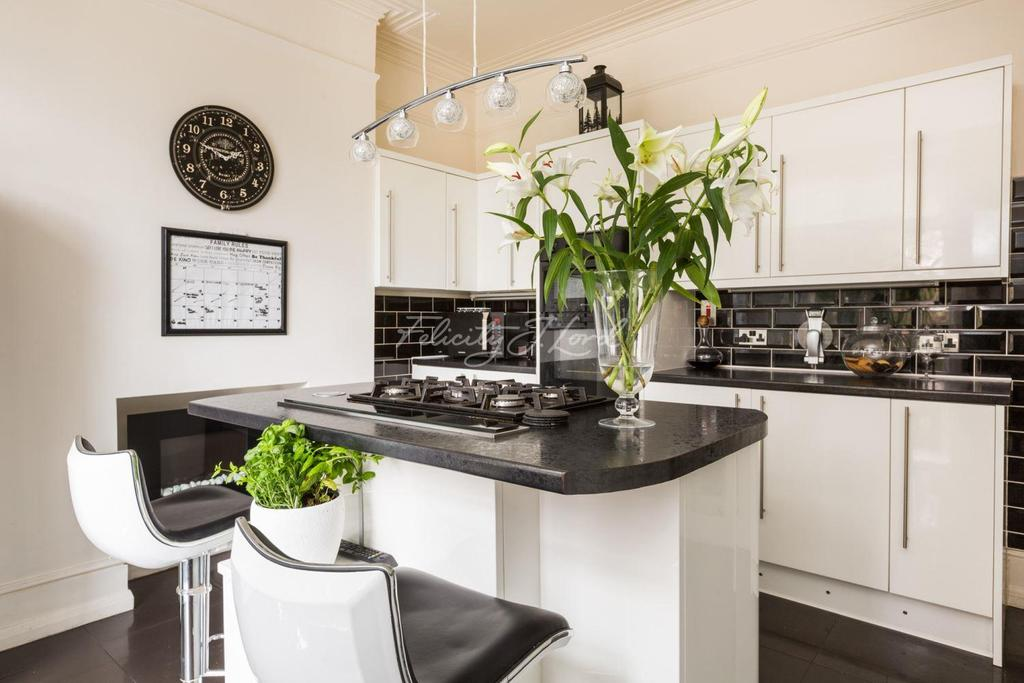 4 Bedrooms Semi Detached House for sale in St Mildreds Road SE12